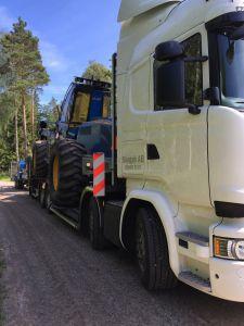 Scania Dunderbygge lastad med skördare